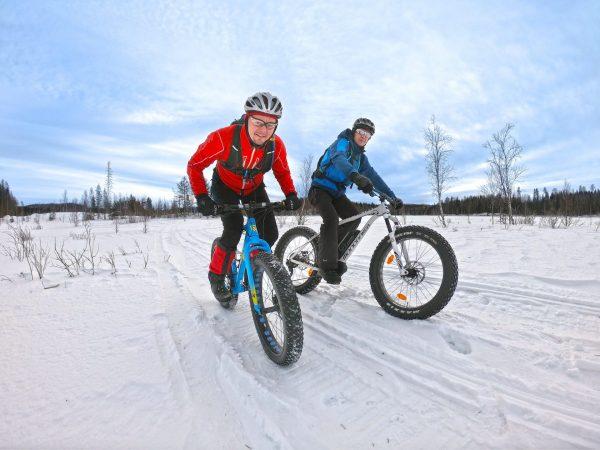 VK-talvipyöräilijät-talvipolulla-hangella