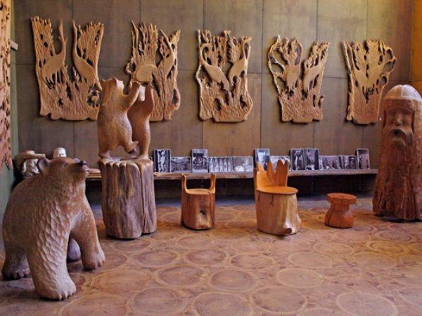 Paaterin-museo-lieksassa-puuveistoksia