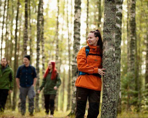 https://www.visitkarelia.fi/files/vk-harri-tarvainen-autumn-hikers2-jpg-e1629893689357.jpg