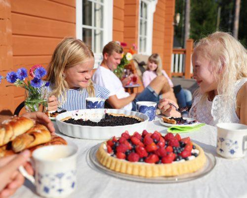 https://www.visitkarelia.fi/files/vk-harri-tarvainen-childrenandcake.jpg
