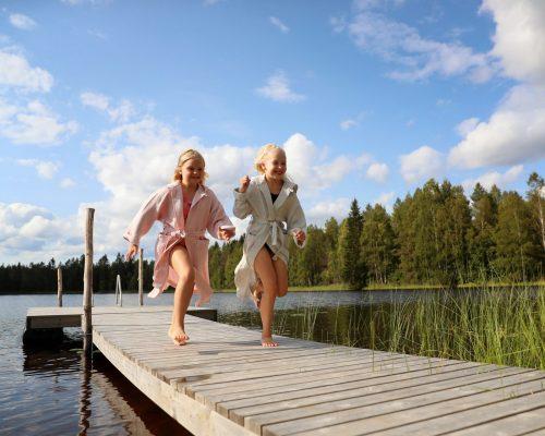 https://www.visitkarelia.fi/files/vk-harri-tarvainen-childrenrunning-jpg-1.jpg