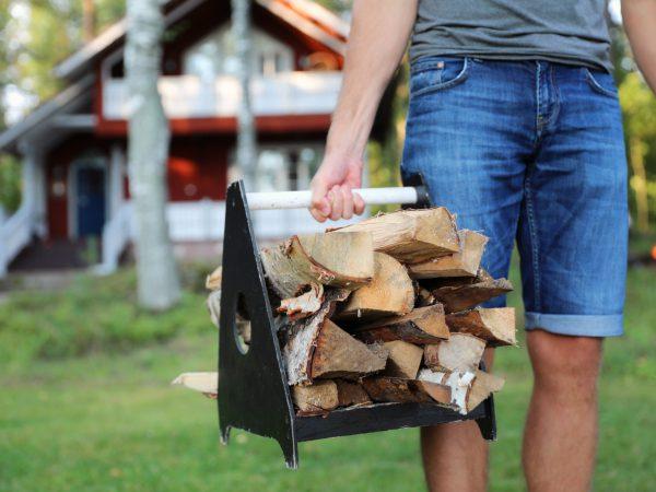 vk-Mies-kantamassa-puita-mökkiin-lomamökki
