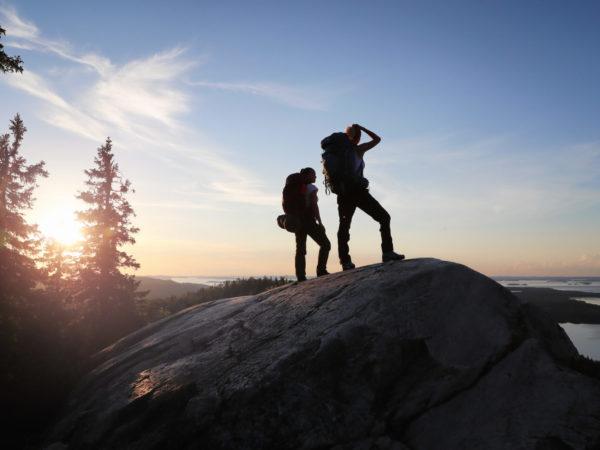 vk-Kolin-kansallispuisto-auringonlasku-Kolilla-retkeilijät