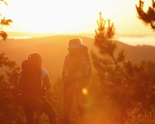 https://www.visitkarelia.fi/files/vk-harri-tarvainen-koli-sunsethikers2-jpg.jpg