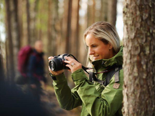 vk-retkeilijä-valokuvaamassa-metsässä