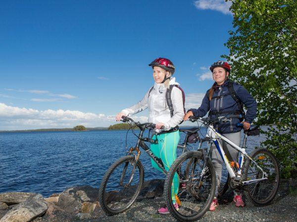 VK-pyöräilijät-pielisen-rannalla